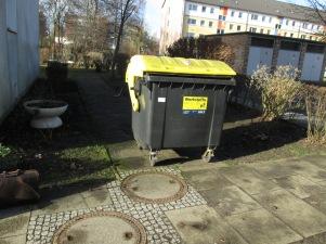 Wie lange dauert eigentlich die Ausbildung zum Mülltonnen-Fachschieber? Auf diesen Stellplatz vor dem Eingang zum Hof (Fahrradkeller ...) muss man erst mal kommen)?