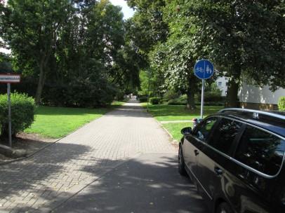 es fehlt die laut VwV-StVO zu Zeichen 241 erforderliche Abgrenzung zwischen Rad- und Fußweg.