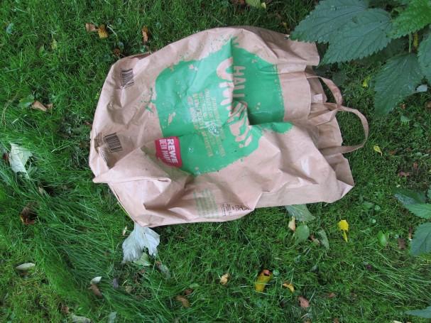 Vielleicht sollte man einen Hinweis draufdrucken, dass man diese Papiertüten nicht einfach in die Gegend werfen darf, nur weil sie kompostierbar(?) sind?