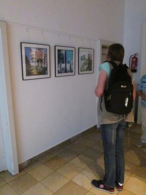 """Nachmittags waren wir bei der Eröffnung der Ausstellung """"Fünf Viertel, ein Ganzes? Weststadt-Ansichten"""". Bei einem Gläschen zum Rundgang betrachteten wir die Bilder, gefielen mir vieeel besser als das morgendliche."""