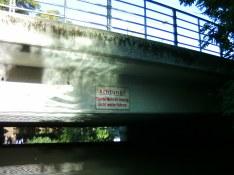 Blödsinniges Warnschild. Der Ausstieg für die taugliche Umtragung ist hinter der Brücke, und in dem Bereich ist es(außer bei extremen Hochwasser vielleicht)ungefährlich.