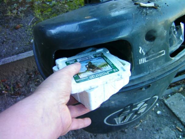 An der Bushaltestelle noch die Angelköderpackung entsorgt, über die ich mich so geärgert hatte.