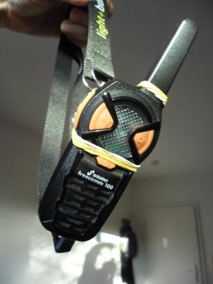 Gummiband-Funkgerätehalterung, um sich die Funke umden Hals zu hängen. Da muss ich mir etwas besseres ausdenken!